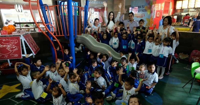 Convive Natalia Rezende con alumnos del Jardín de Niños Carmen Oliveros, de Amatitlán