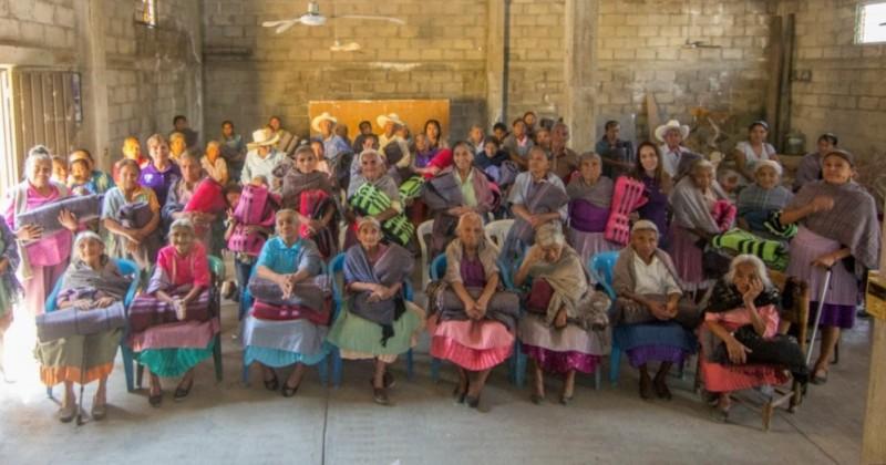 Entrega DIF Morelos apoyos a adultos mayores en Temixco