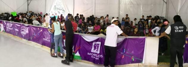 Disfrutan grupos vulnerables de la pista de hielo en Cuernavaca