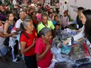Entrega Natália Rezende kits de donativos de ropa