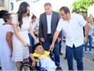 Apoya Natalia Rezende a joven con entrega de una silla de ruedas